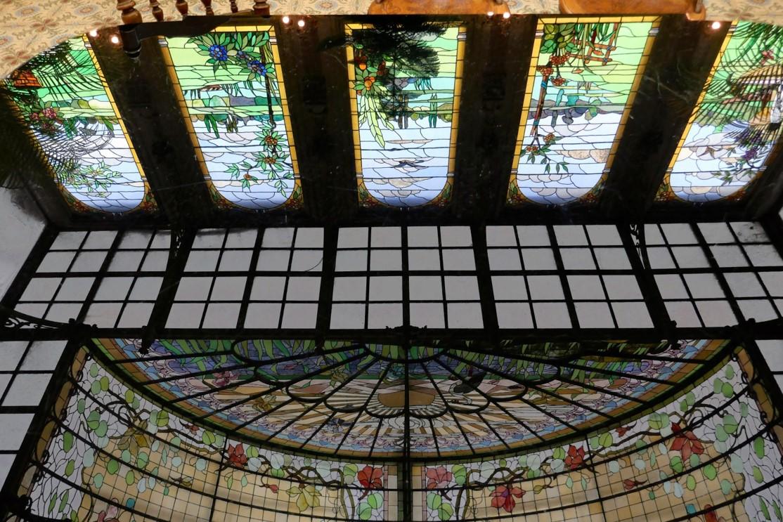 SINT-KATELIJNE-WAVER : la verrière du Jardin d'hiver se reflète sur une table de marbrite = verre opacifié et coloré dans la masse Table Art déco (1920-1934)