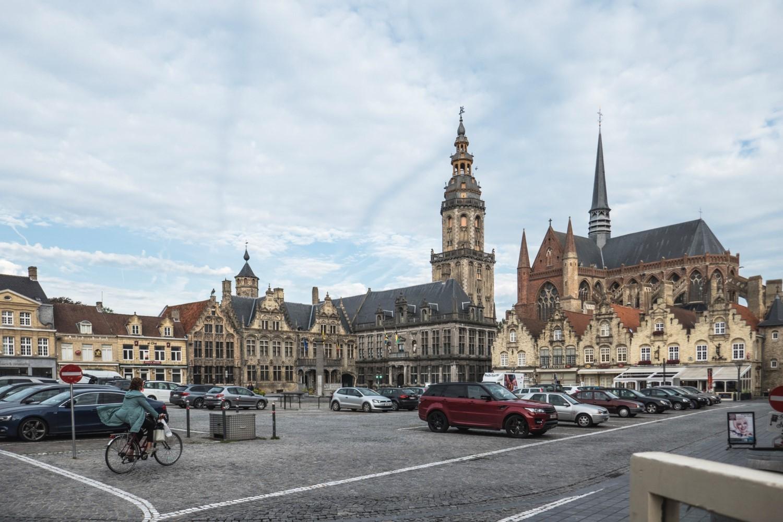 La Grand-Place de Furnes (= Veurne) au centre, beffroi XV-XVIème siècles – à droite, église Sainte-Walburge