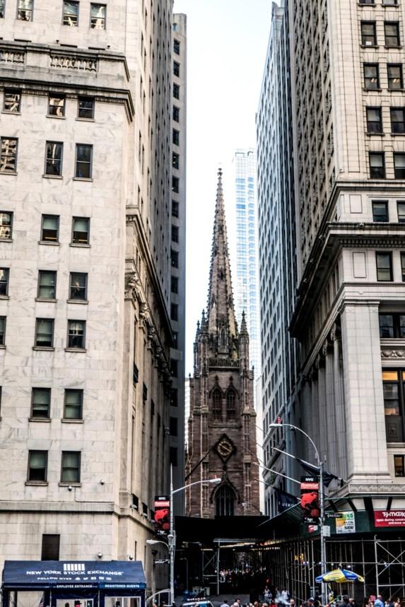 Trinity Church, néogothique, clocher 86 m (1846) : église largement dominée par les gratte-ciels voisins