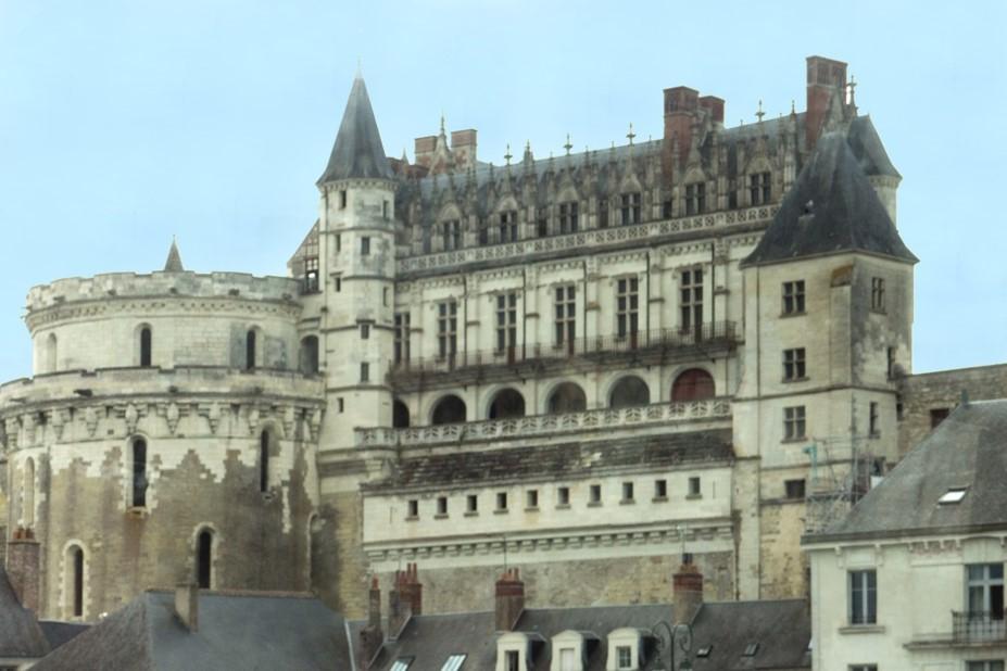 Amboise : La façade du château tournée vers la Loire à gauche, Tour des Minimes de Charles VIII (roi de 1483 à 1498)