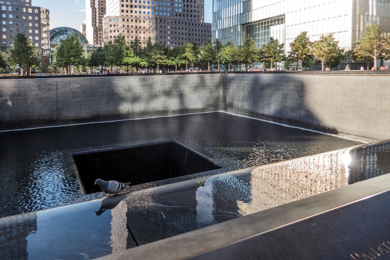 Ground Zero - Le Mémorial (2011) : une des deux cascades symbolisant l'effondrement des Tours jumelles le 11 septembre 2001