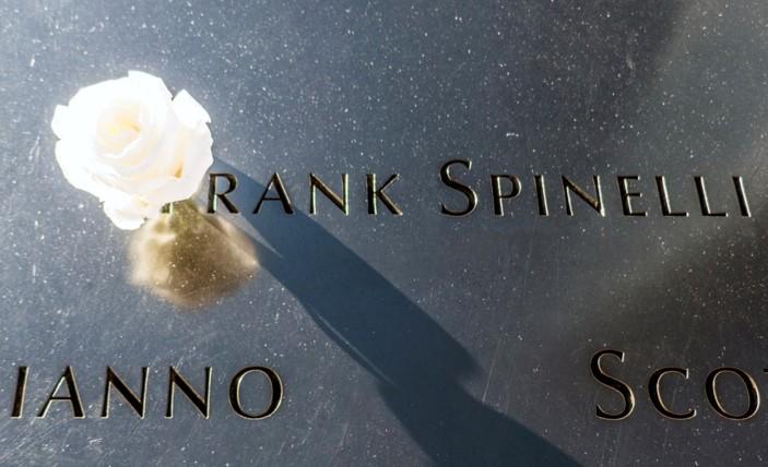 Le nom des 2977 victimes est gravé, et fleuri le jour de leur anniversaire
