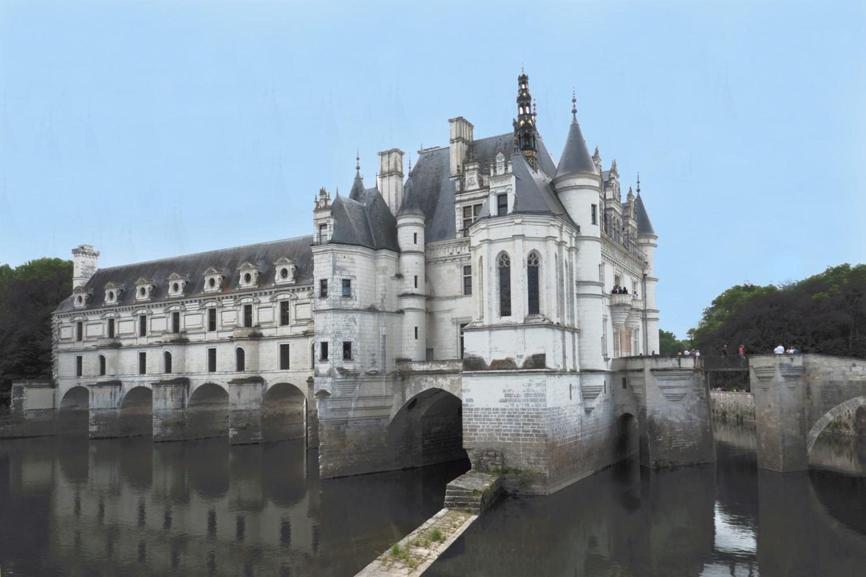 Chenonceau : à gauche : le pont sur le Cher de Diane de Poitiers (1559) surmonté par les galeries de Catherine de Médicis (1577)
