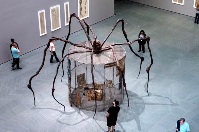 Louise Bourgeois : Maman = araignée géante (1999)