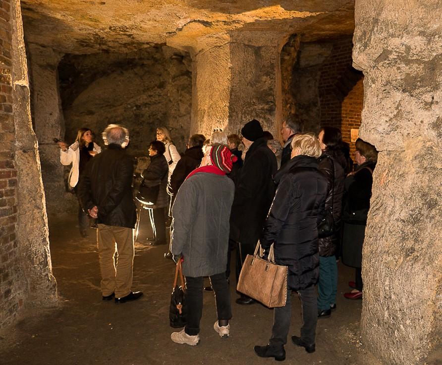 Les Amis des Musées dans les creutes = anciennes carrières dans la butte calcaire de Laon