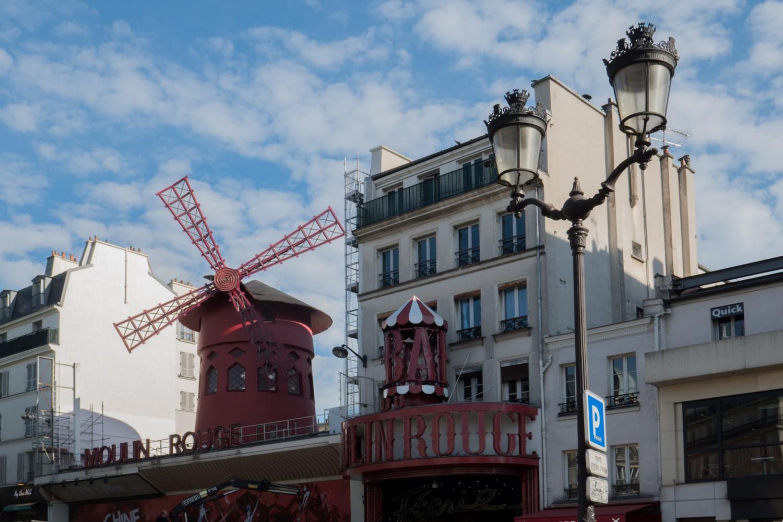 devant Le Moulin rouge cabaret qui lança le French cancan en 1889