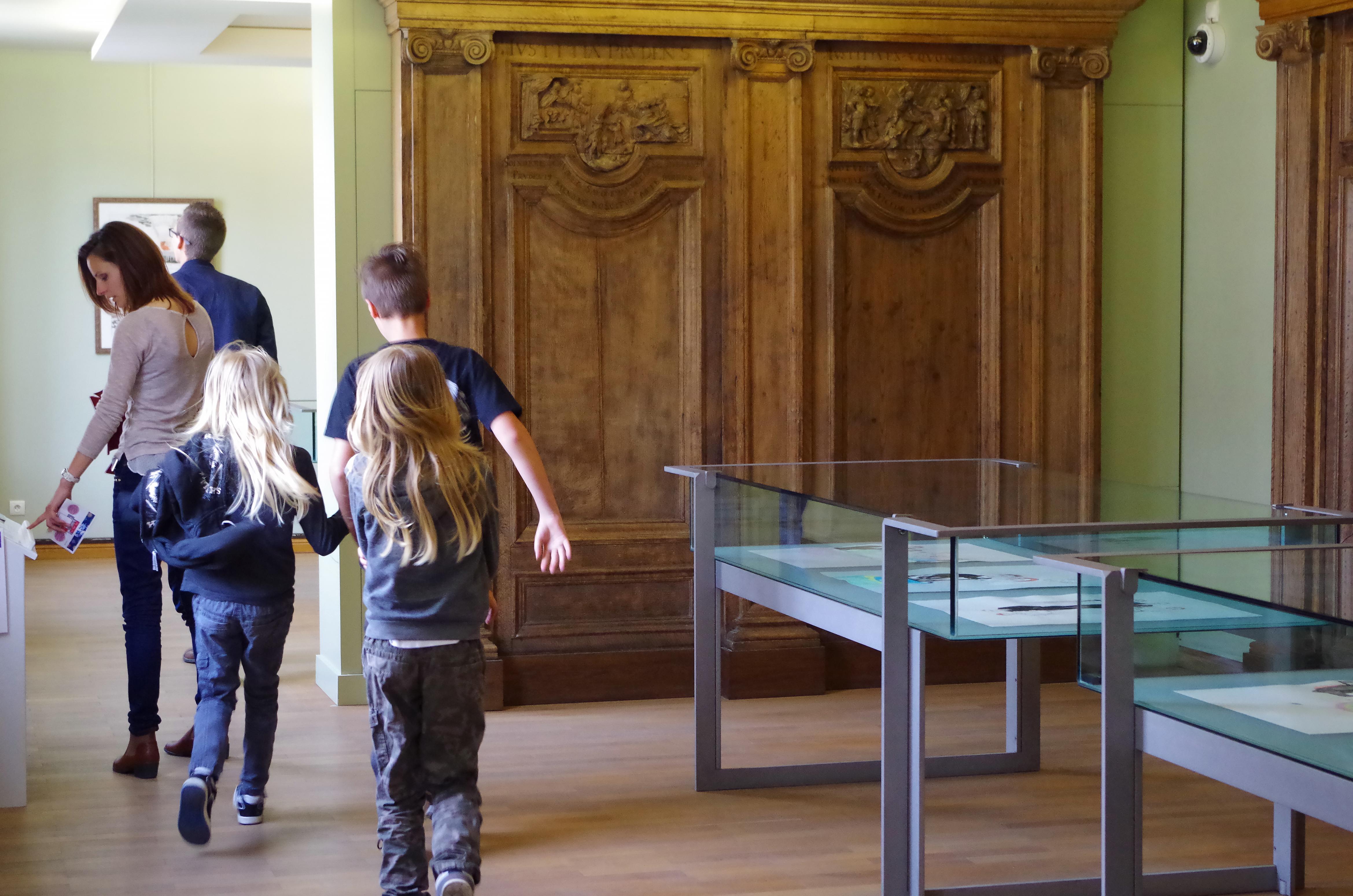 Famille en visite au musée Sandelin